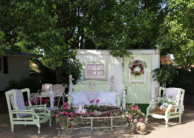 Adding Curb Appeal to a Utility Trailer - Penny's Vintage Home - HMLP 85 Feature
