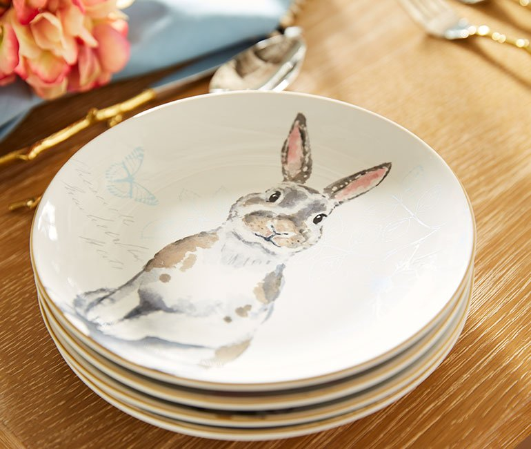 Easter bunny dinnerware. Click to see even more elegant easter tablescape ideas in the post!