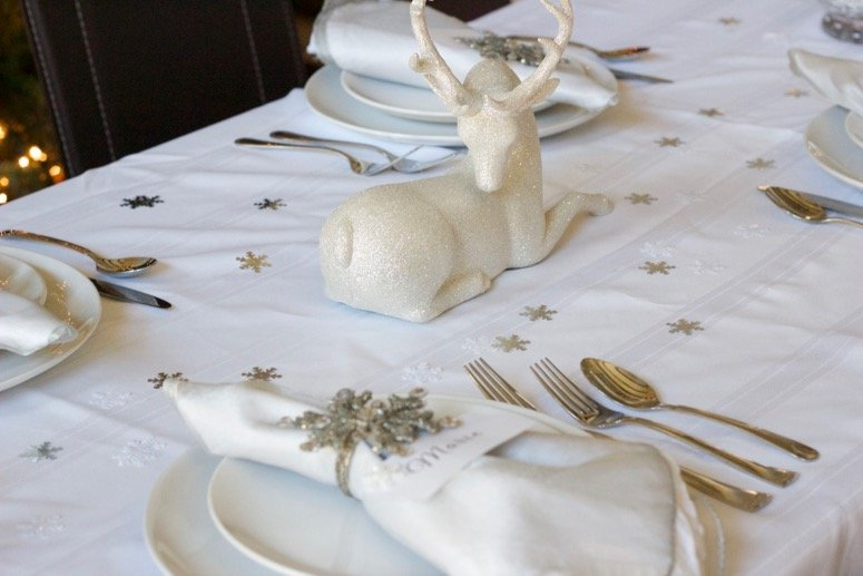 beautiful snowflake tablescape, an easy and elegant holiday tablescape idea. Click to see the rest of the holiday party decor.