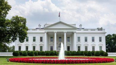 صورة البيت الأبيض يأمر بارتداء قناع لموظفيه باستثناء ترامب ونائبه