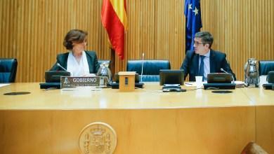 صورة نائبة الأولي لرئيس الحكومة الاسبانية في مجلس النواب أمام لجنة إعادة البناء الاجتماعي والاقتصادي