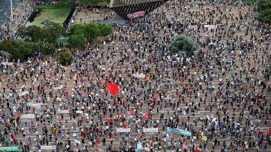 صورة الآلاف يحتجون في تل أبيب على خطة الضم الإسرائيلية لأجزاء من الضفة الغربية