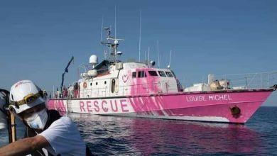 صورة خفر السواحل الإيطالي يأتي لمساعدة السفينة الإنسانية التي يمولها الفنان الإنجليزي بانكسي