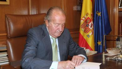 صورة أبلغ الملك الفخري خوان كارلوس الأول الملك فيليبي السادس نيته مغادرة إسبانيا