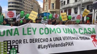 صورة الخوف في الازمات العالمية من نجاح الشيوعيه بالشعارات وتركيزات في عدة مدن في إسبانيا لطلب تنظيم أسعار إيجار الشقق