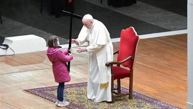 صورة البابا فرانسيس يترأس مسيرة فيا الصليب في يوم الجمعة العظيمة بالأطفال في ساحة القديس بطرس المهجورة بالفاتيكان