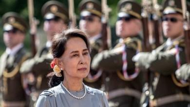 صورة الزعيمة البورمية المخلوعة متهمة بانتهاك قانون الأسرار الرسمية بعد شهرين من الانقلاب في بورما