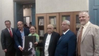 صورة سفيرة كولومبيا بالقاهرة تهدى متحف نجيب محفوظ مجموعة من أعمال الأديب الكولومبى ماركيز