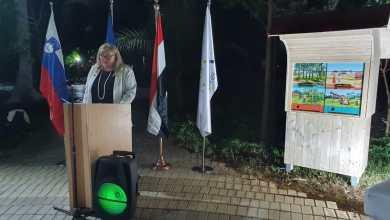 صورة سفيرة سلوفينيا بالقاهرة تسلم منزل نحل سلوفينى إلى جامعة هليوبوليس