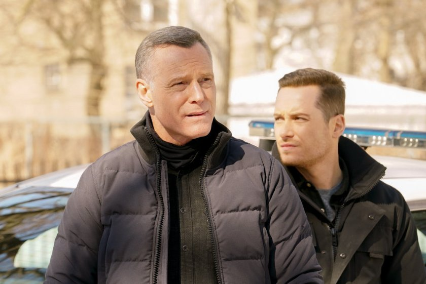 """CHICAGO P.D. -- """"Signs Of Violence"""" Episode 811 -- Pictured: (l-r) Jason Beghe as Hank Voight, Jesse Lee Soffer as Jay Halstead -- (Photo by: Lori Allen/NBC)"""