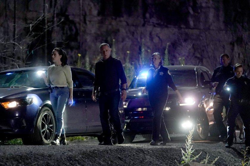 "CHICAGO P.D. -- ""In The Dark"" Episode 904 -- Pictured: (l-r) Marina Squerciati as Kim Burgess, Jason Beghe as Hank Voight, Amy Morton as Trudy Platt -- (Photo by: Lori Allen/NBC)"