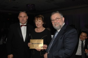 Winner of the star prize at the Mayor's Charity Banquet of flights to New York from United Airlines and accommodation at Fitzpatrick's Hotel ( total value €2,500) being presented with her prize. Pictured (l to r) Syl O' Connor, MC for the evening, Bernie Casey, Carrigoran House and Cathaoirleach Cllr John Crowe.