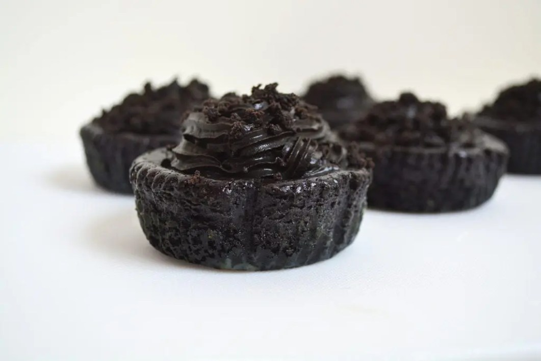 Mini Black Velvet Cheesecakes are soft and creamy mini chocolate/vanilla cheesecakes with an Oreo base and topped with chocolate mousse. All dyed black of course. #blackvelvet #minicheesecakes