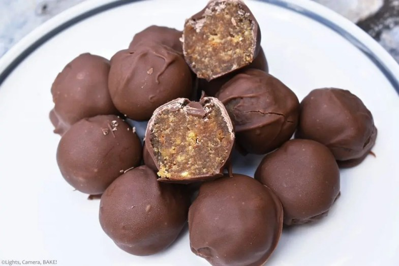 Salted Caramel Cake Pops uses caramel cake crumbs and salted caramel sauce mixed together to create a cake pop truffle. Cover that in chocolate for a salty sweet treat that is sure to impress! #cakepops #saltedcaramel #saltedcaramelcake #saltedcarameltruffles #cakepopsrecipe #caramelcakepops #caramelcake