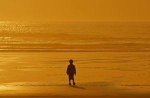 1077453_child_in_sunset