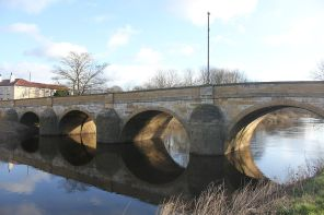1024px-Tadcaster_Bridge_North_Yorks_widened_1791_River_Wharfe_A659