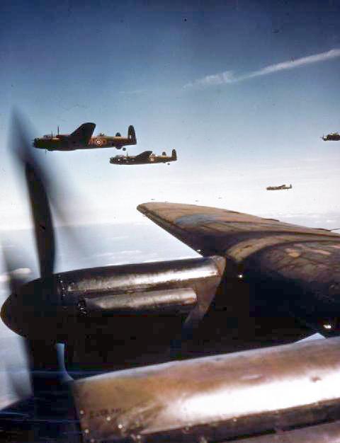 Avro Lancaster - britische Bomber in loser Formation - © Wikipedia