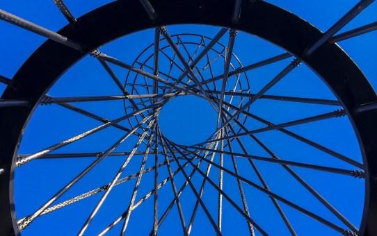 Mae West in München – verdrehtes Kunstwerk aus Carbon