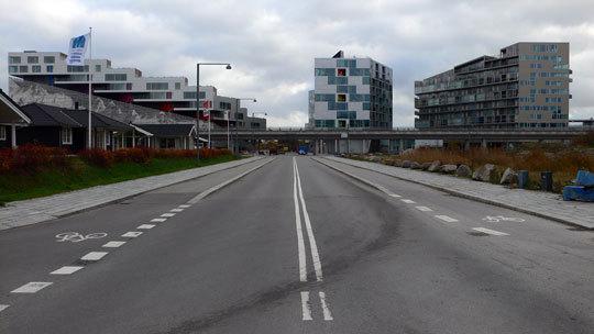 VM Bjerget (Mountain Dwellings), appartements montagne, route venant de Copenhague - Ørestad City, Copenhague, Danemark - Architectes : Bjarke Ingels Group - Photo : Vincent Laganier