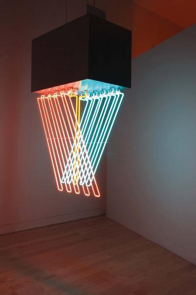 Stephen Antonakos - Hanging Neon, 1962 Métal peint, néons, 152,5 × 112 × 53,5 cm Collection particulière © 1965 Stephen Antonakos