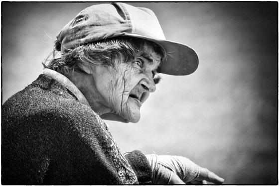 La vieille dame des Chasses - Regard sur le quidam - Photo : Alain Blouin - Rencontres de la photo 2003, Chabeuil, France