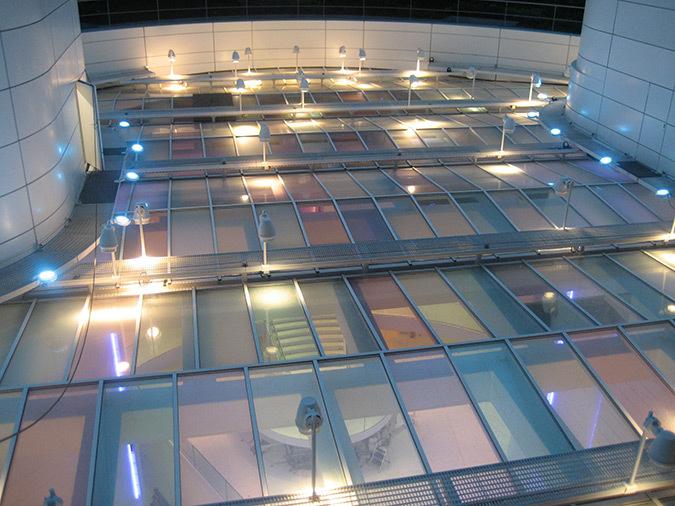 Installation des projecteurs au-dessus de la verrière, hall accueil, Tour Eqho, Paris La Défense, France - Hubert & Roy architectes et associés © Concepto, Roger Narboni