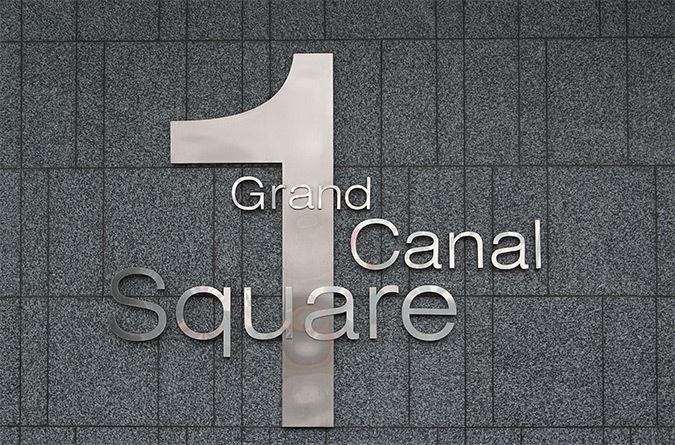 Logo proche de l'entrée, 1 Grand Canal Square, Dublin, Irlande - Architectes : DMOD - Photo : Vincent Laganier