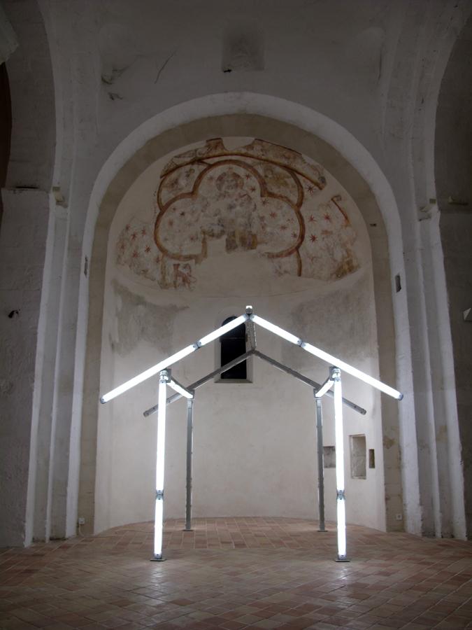 Bill Culbert, Hut, made in Christchurch, 2012 – tubes fluorescents – Photographie : Eric Michel