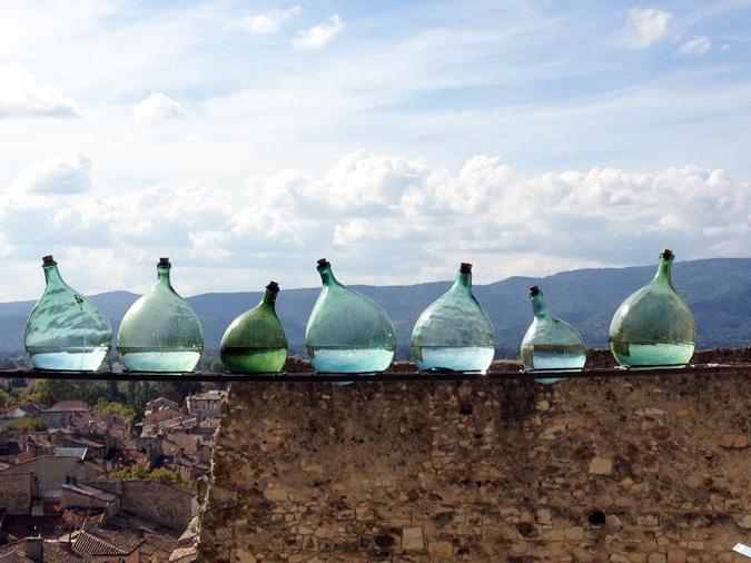 Bill Culbert, Level, 2013 – bouteilles en verre, eau – Photographie : Eric Michel