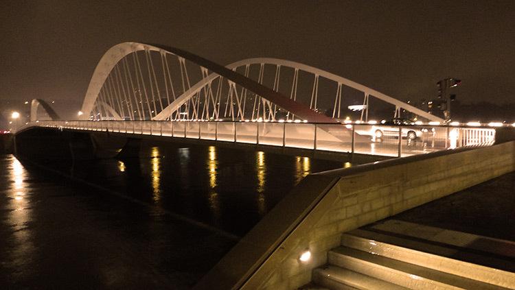 Lyon,-pont-Schuman,-mise-en-lumiere-Les-éclairagistes-associées---escalier-quai-bas-photo-Vincent-Laganier
