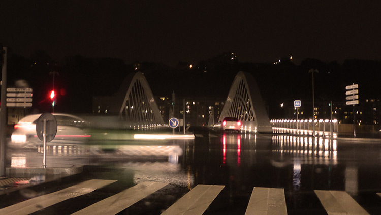 Lyon,-pont-Schuman,-mise-en-lumiere-Les-éclairagistes-associées---escalier-vue-voiture-photo-Vincent-Laganier