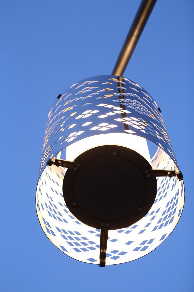 Masque allumée, en dessous, place Darcy, Dijon, France – Conception lumière : l'Acte Lumière – Photo : Jean-Yves Soëtinck