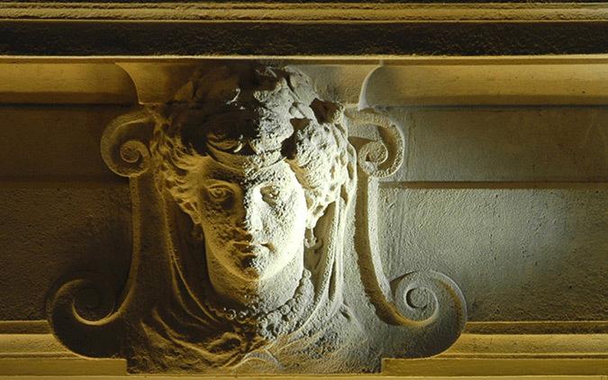 Tête sculptée du 2ème étage, façade LCL, Champs Elysées, Paris - Conception lumière et photo : Marc Dumas