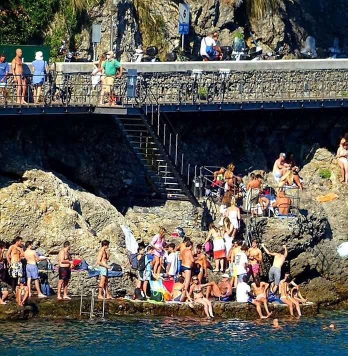 castello Paraggi spiagge affollate