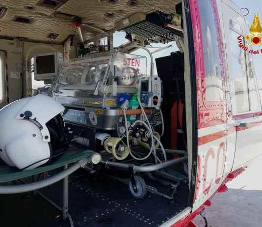 elicottero vigili del fuoco incubatrice bambino
