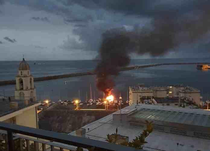 incendio barca pegli