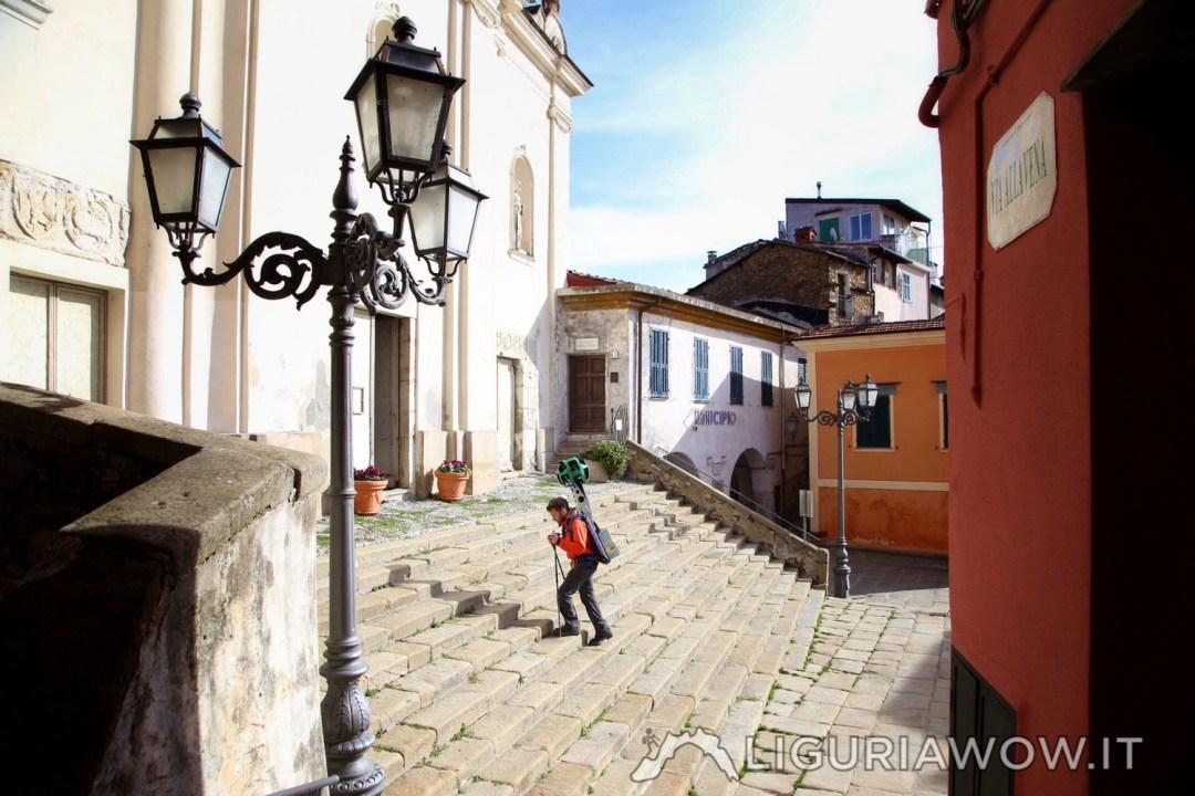 In piazza della chiesa a Perinaldo con Google Street View