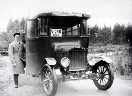 Vuorelan ensimmäinen linja-auto. Kuvassa auton alkuperäinen omistaja Matti Pakkanen 1920-luvulla.