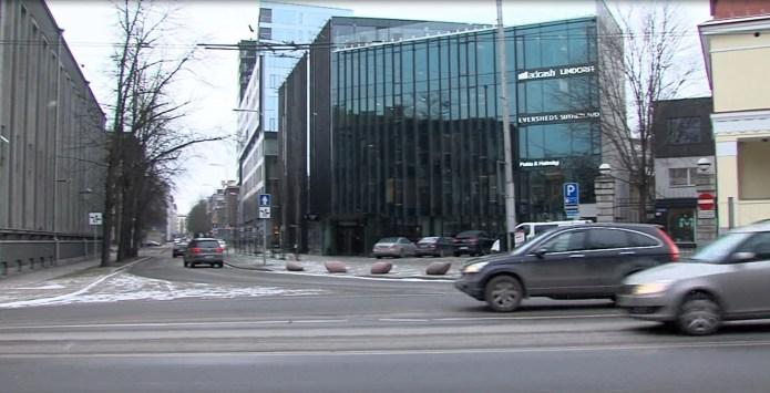 Kellel on Estonia puiestee ja Kentmanni tänava ristmikul eesõigus?