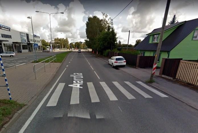 Otsitakse ülekäigurajal 2-aastast last riivanud autot