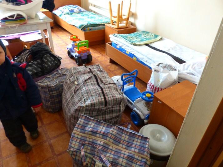 Kriisikeskukseen saapuvien äidin ja pojan varusteet.