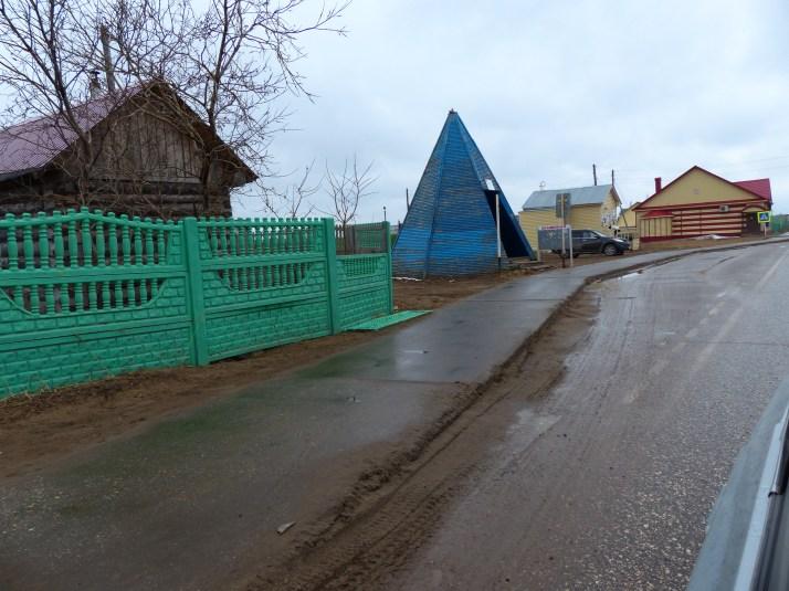 Sininen bussipysäkke suojaa sateelta ja tuiskulta