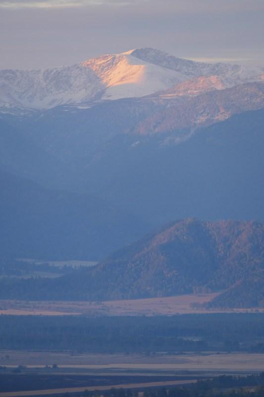 Beluha-vuori varhaisaamun kajossa.