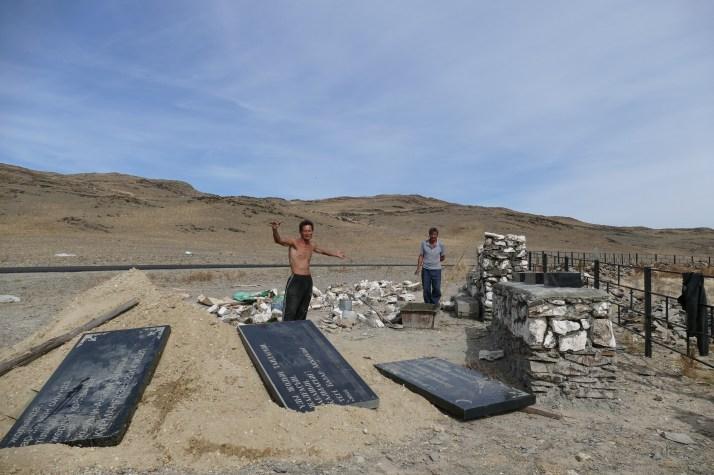 Aman ja Kadir pystyttämässä dungaanien hautamuistomerkkiä Itä-Kazakstanissa.