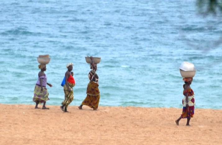 Kalastajat naiset kantavat