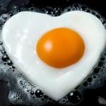 Fullt hús matar - Egg á pönnu í laginu eins og hjarta.