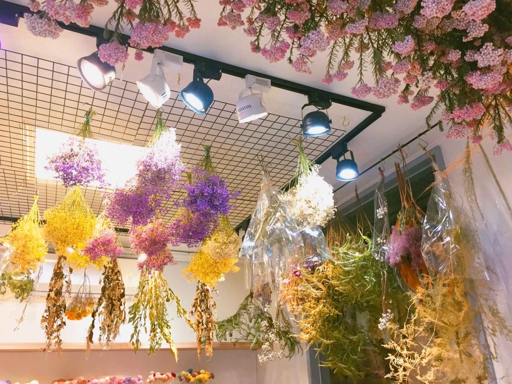 喜歡生活乾燥花店 店內天花板吊掛乾燥花材