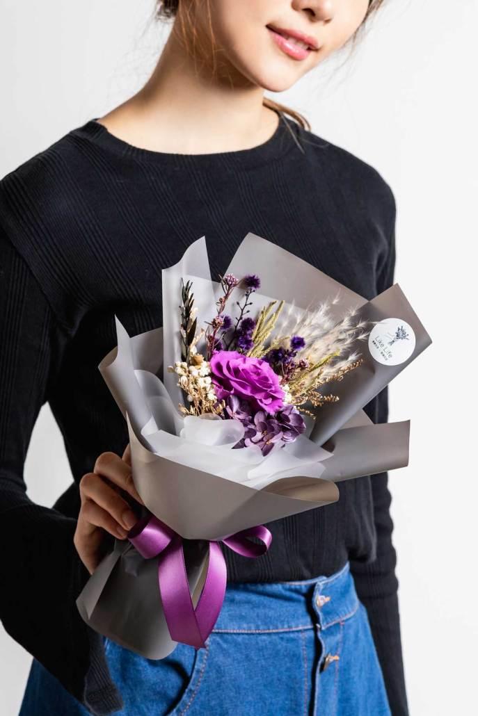 永生花束紫色-手拿永生花照片