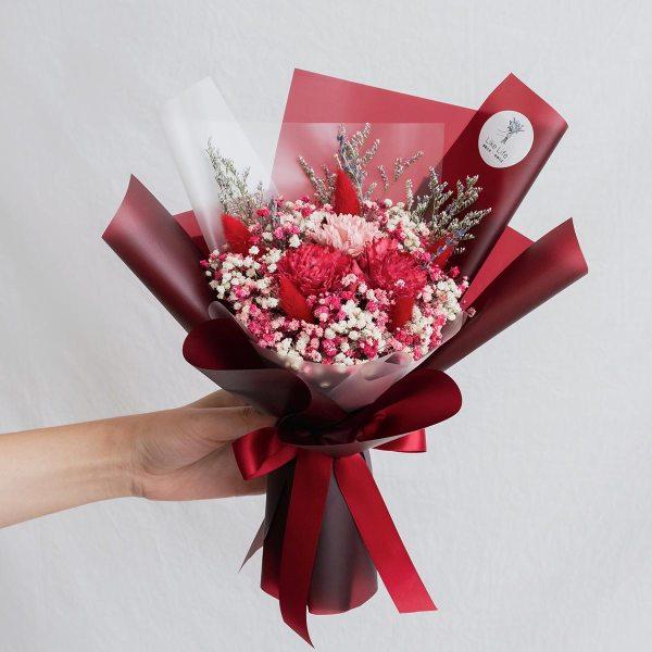 康乃馨乾燥花束紅色手拿-台北喜歡活乾燥花店