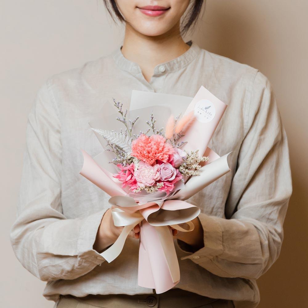 母親節康乃馨花束,台北康乃馨永生花束粉色手拿封面台北花店